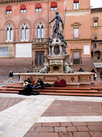 Buskers in Piazza Nettuno in Bologna, Italy.