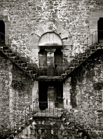 Stone stairs line this building in Florence, Italy